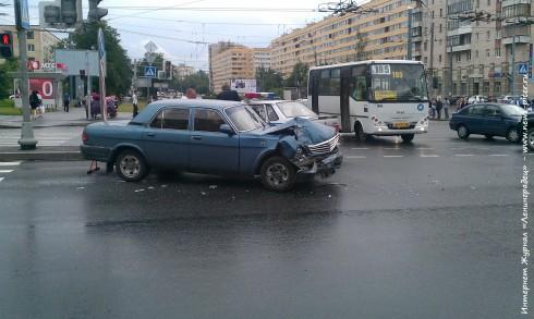 Дтп на углу Ленинского проспекта и ул. Зины Портновой