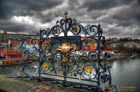 Карлов мост. святой Ян Непомуцкий