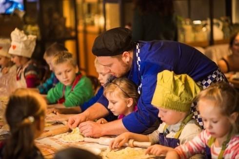 "Шеф-повар ресторана ""Пряности и радости"" готовит с детьми"