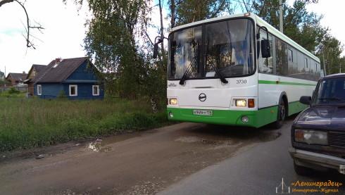 Автобусы с людись ездят по обочинам