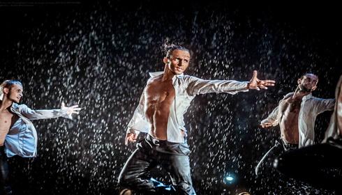 5 лет шоу под дождем