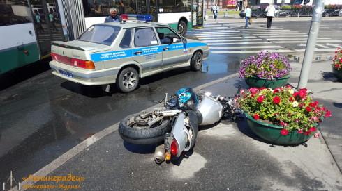 ДТПс мотоциклом на Ленинском пр. и ул. Зины Портновой