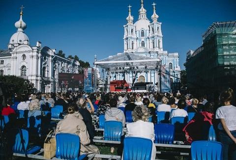 Snimok-12.-Opera-Bellini-Kapuleti-i-Montekki-stavitsya-segodnya-ne-chasto-odnako-festival-Opera-vsem-vzyalsya-za-eto-raritetnoe-proizvedenie.-Operu-Vinchentso-Bellini-davali-pered-Smolnym-soborom