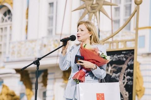 Snimok-2.-YUliya-Strizhak-na-tseremonii-zakrytiya-festivalya-Opera-vsem-v-Pushkine